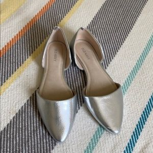 VGUC Old Navy Silver metallic flats size 6 1/2